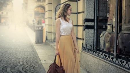 女性を強調する服装や仕草