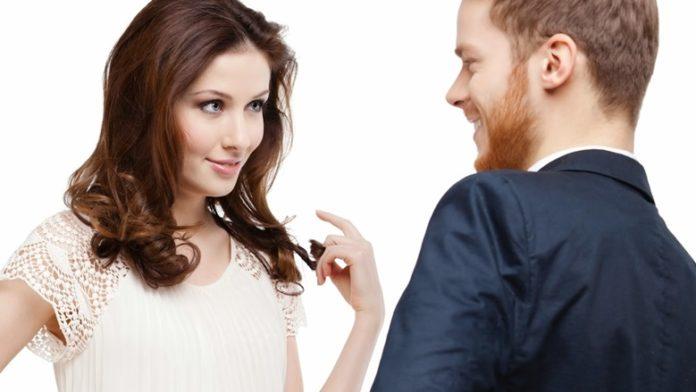 女性らしい仕草・体の使い方で男性の視線を集める方法