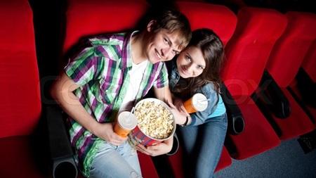 映画館で手をつなぐ