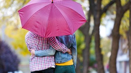 雨音が人の心に与える二人の効果