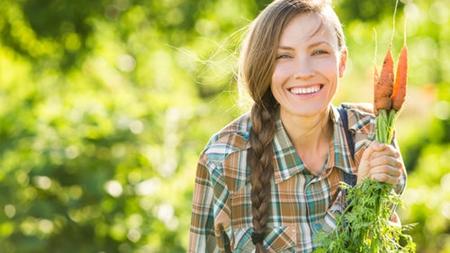 家庭菜園が趣味な女性は温かいイメージ