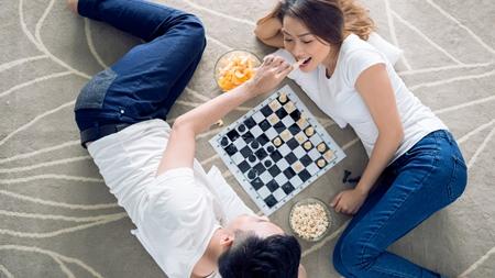 家デートでボードゲームに熱中する