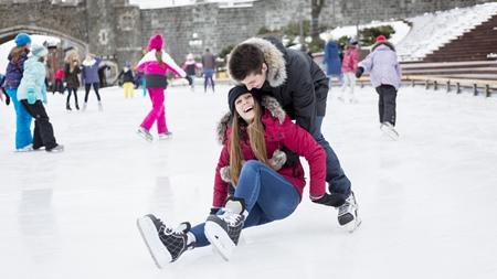 アイススケートでデートで密着