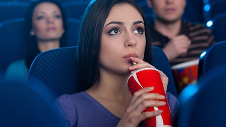 恋愛映画を1人で見て前向きになる