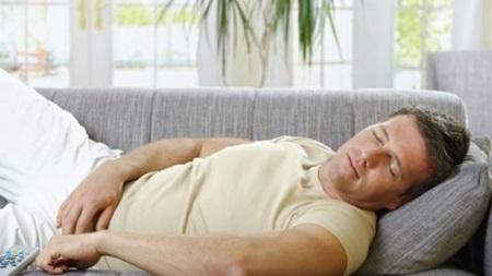 ソファで寝転がっている時