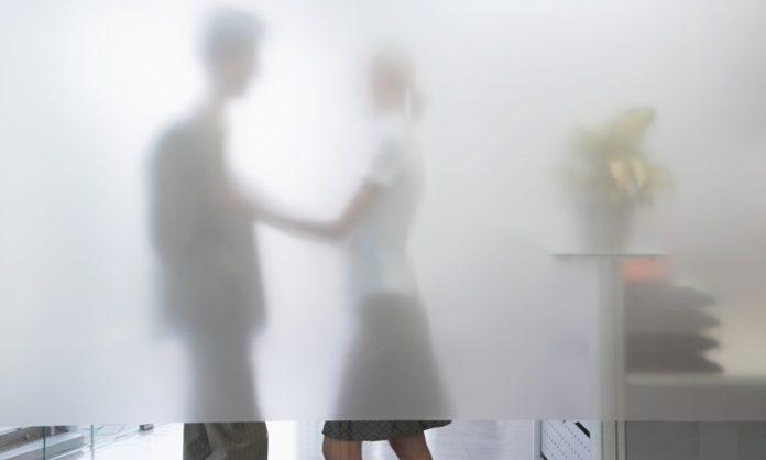 4分の1が社内恋愛を経験!社内恋愛で押さえておくべきポイントとは