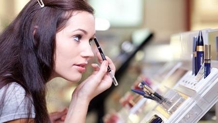 美容部員に相談してメイク改革